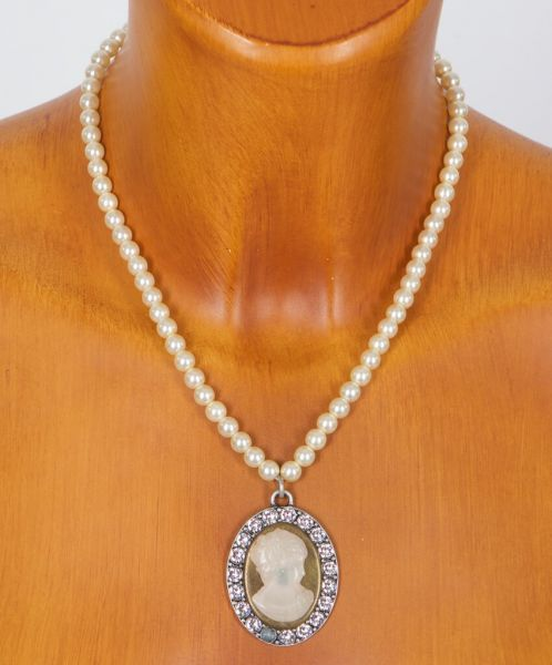 HK30 2017 Camee-Amulett auf Perlenkette rose