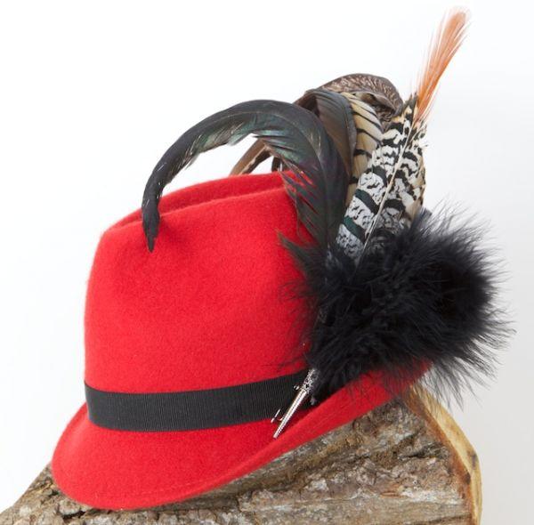 Hut in rot mit schwarzem Band